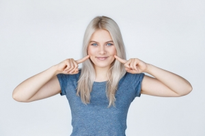 Удалив комки Биша, можно добиться эффекта изящных голливудских скул, даже если вы являетесь обладателем пухлых щек.