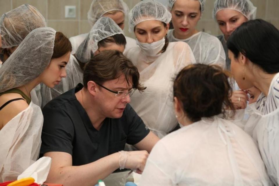Пластический хирург Сергей Прокудин проводит мастер-класс