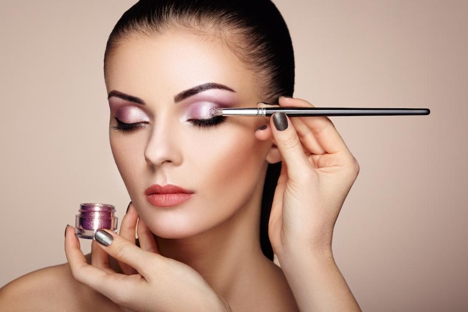 Главные аспекты использования косметики после операции на веках